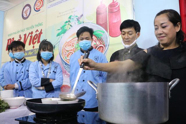 Sinh viên Việt Giao tiếp lửa từ Hoa hồi vàng và hoa hậu - Ảnh 1.