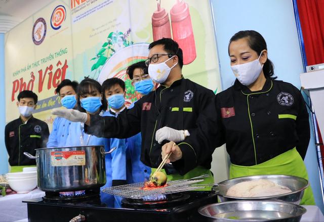 Sinh viên Việt Giao tiếp lửa từ Hoa hồi vàng và hoa hậu - Ảnh 4.