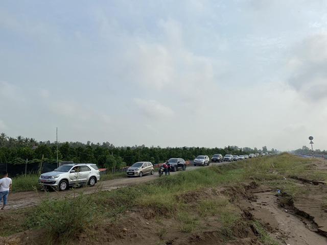 Quốc lộ 1 kẹt xe, xe cộ hỗn loạn chạy vào cao tốc Trung Lương - Mỹ Thuận - Ảnh 1.
