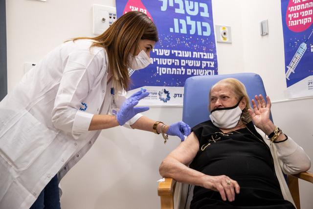 Số ca mắc COVID-19 tại Israel tiếp tục giảm nhờ hiệu quả tiêm vaccine - Ảnh 1.