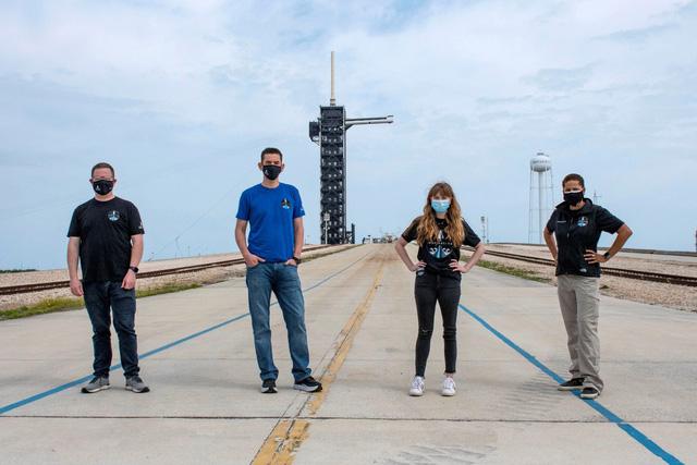 Bốn người trên chuyến bay thương mại đầu tiên vào vũ trụ - Ảnh 1.