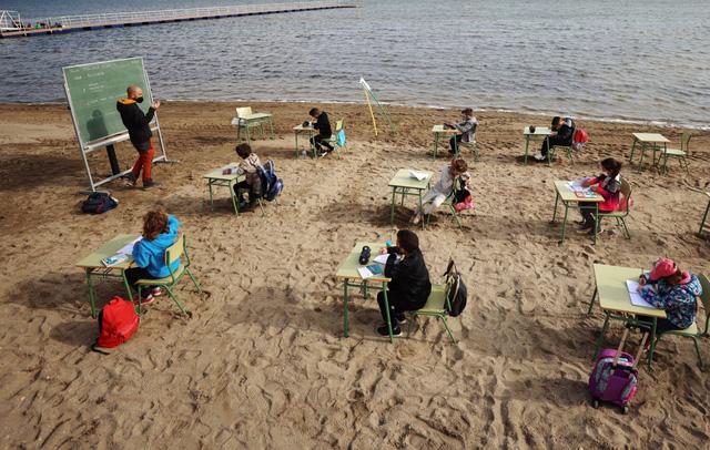 Lớp học trên bãi biển ở Tây Ban Nha - Ảnh 1.