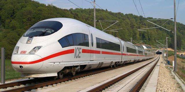 Đức muốn người dân chuyển từ máy bay sang tàu hỏa để cắt giảm khí thải - Ảnh 1.