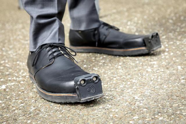 Giày tích hợp trí tuệ nhân tạo giúp người khiếm thị tránh chướng ngại vật - Ảnh 1.