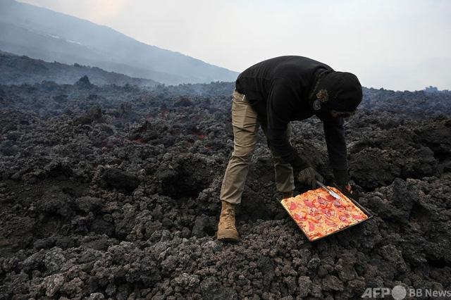 Bánh pizza nướng bằng hơi nóng dung nham núi lửa - Ảnh 1.