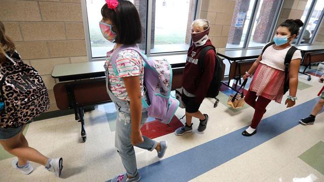 CDC Mỹ khuyến nghị tiếp tục đeo khẩu trang ở trường học - Ảnh 1.