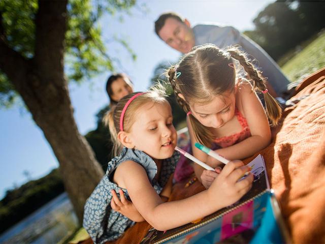 Australia tăng trợ cấp cho các gia đình có từ 2 con đang tuổi đi học - Ảnh 1.