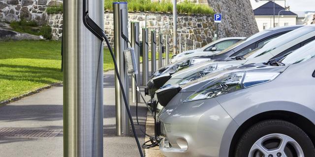 Doanh số xe điện tăng làm quan ngại về an toàn giao thông - Ảnh 1.