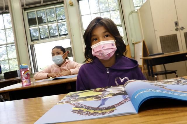CDC Mỹ khuyến khích các trường học mở cửa học trực tiếp - Ảnh 1.