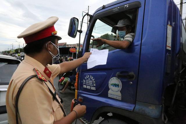 Bộ Y tế yêu cầu ưu tiên tiêm vắc xin, miễn phí xét nghiệm cho tài xế xe chở hàng hóa - Ảnh 1.
