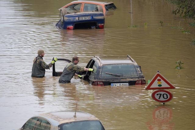 Chuỗi cung ứng toàn cầu lại đứt gãy vì lũ lụt ở Trung Quốc và châu Âu - Ảnh 1.