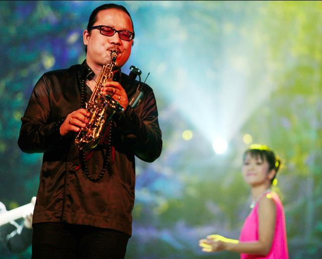Trần Mạnh Tuấn trên sân khấu - Ảnh: GIA TIẾN