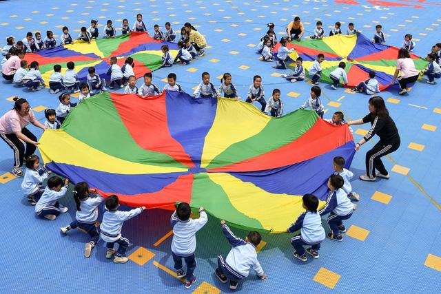 Thành phố đầu tiên ở Trung Quốc trợ cấp cho gia đình sinh thêm con - Ảnh 1.