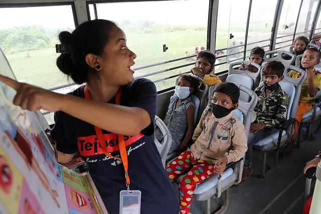Lớp học trên xe buýt cho trẻ em nghèo thời phong tỏa ở Ấn Độ - Ảnh 1.