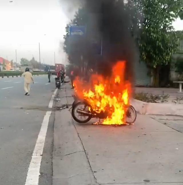 Thanh niên tự đốt xe khi bị công an kiểm tra ra đường trong thời gian giãn cách - Ảnh 1.