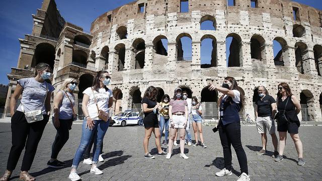 Đấu trường Colosseum của Italy nhộn nhịp trở lại - Ảnh 1.