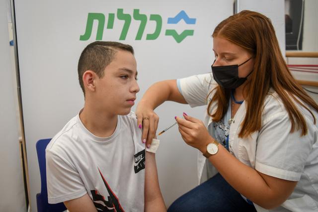 Israel sẽ tiêm vaccine ngừa COVID-19 cho học sinh tại các trường học - Ảnh 1.