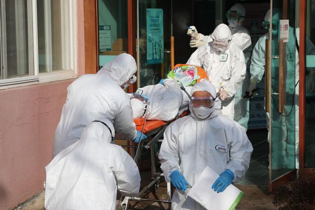 Hàn Quốc cảnh báo gia tăng số ca tử vong ở người trẻ tuổi chưa tiêm chủng - Ảnh 1.