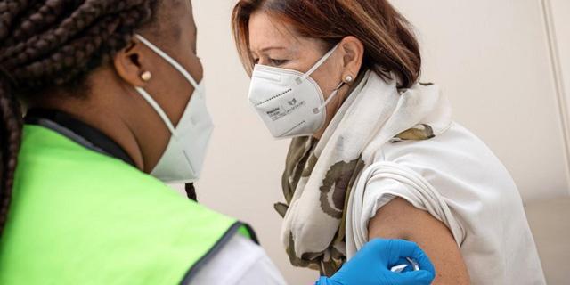 Đức cắt trợ cấp đối với người lao động không tiêm vaccine - Ảnh 1.