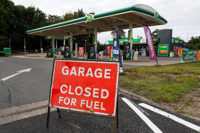 Các trạm xăng ở Anh cạn kiệt nguồn nhiên liệu - Ảnh 1.