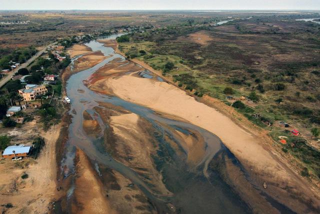Sông dài thứ hai Nam Mỹ cạn trơ đáy khiến giới chuyên gia lo lắng - Ảnh 1.