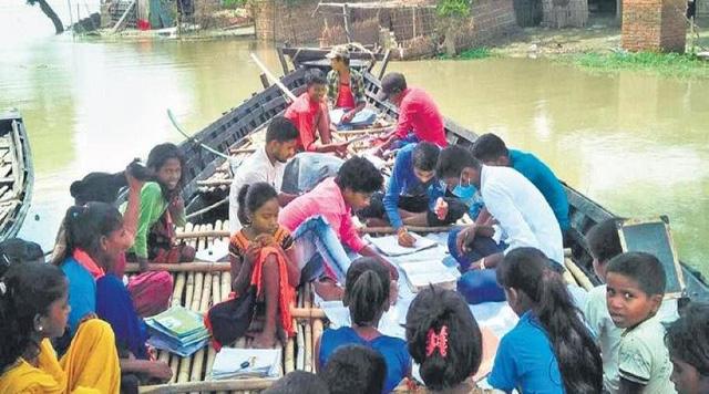 Lũ dâng ngập trường học, giáo viên mở lớp ngay trên thuyền ở Ấn Độ - Ảnh 1.