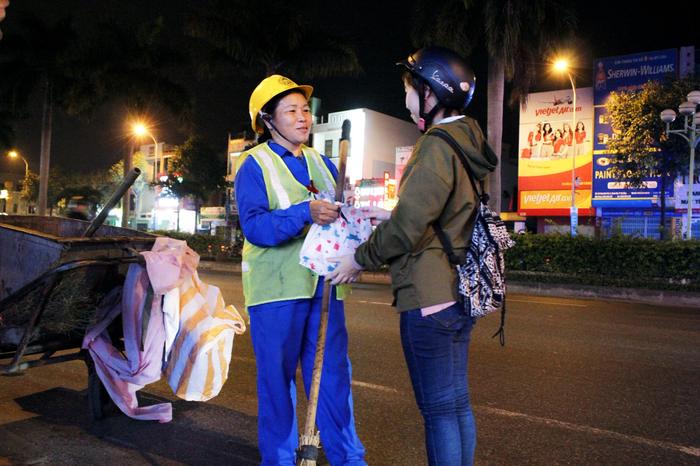 Bạn trẻ Đà Nẵng đón Giáng sinh cùng lao động nghèo - Ảnh 2.