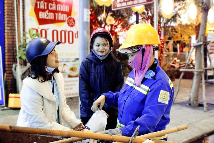 Bạn trẻ Đà Nẵng đón Giáng sinh cùng lao động nghèo - Ảnh 6.