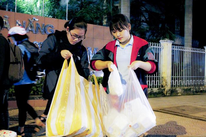 Bạn trẻ Đà Nẵng đón Giáng sinh cùng lao động nghèo - Ảnh 4.