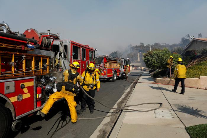 Hàng ngàn người tháo chạy vì cháy rừng ở California - Ảnh 3.
