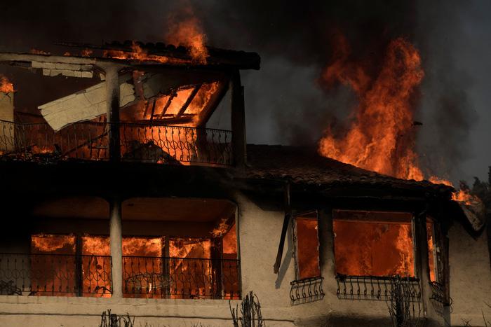 Hàng ngàn người tháo chạy vì cháy rừng ở California - Ảnh 1.