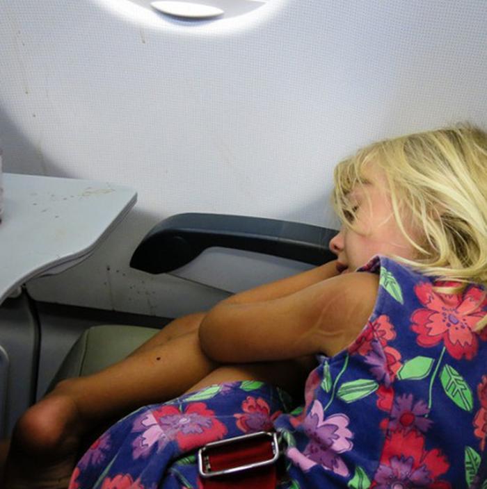7 cách để giữ em bé ngoan ngoãn trên máy bay - Ảnh 3.