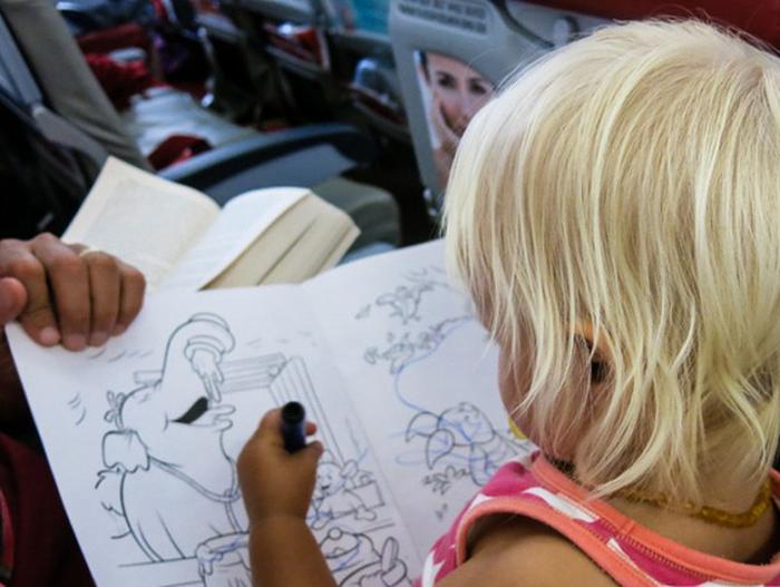 7 cách để giữ em bé ngoan ngoãn trên máy bay - Ảnh 4.