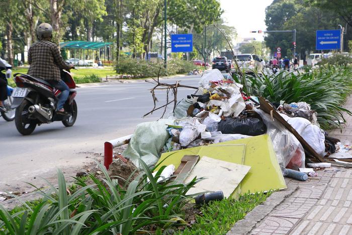 Rác đầy cửa ngõ sân bay Tân Sơn Nhất - Ảnh 3.