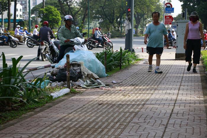 Rác đầy cửa ngõ sân bay Tân Sơn Nhất - Ảnh 4.