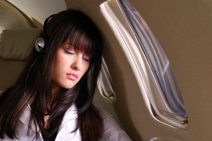 Kết quả hình ảnh cho ngủ ngon khi đi máy bay