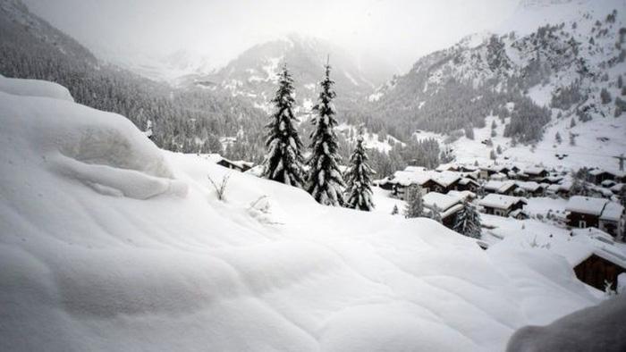 13.000 du khách mắc kẹt do bão tuyết trên dãy Alps - Ảnh 1.