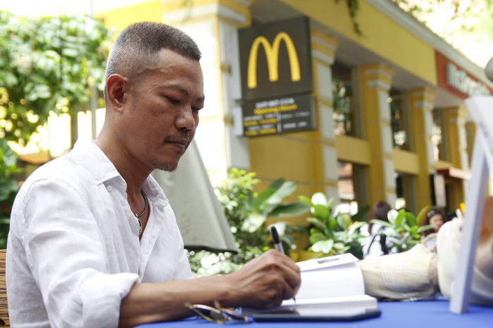 Nhạc sĩ Quốc Bảo tại buổi ký sách Hồi ký 50 - Ảnh: HUY SƠN