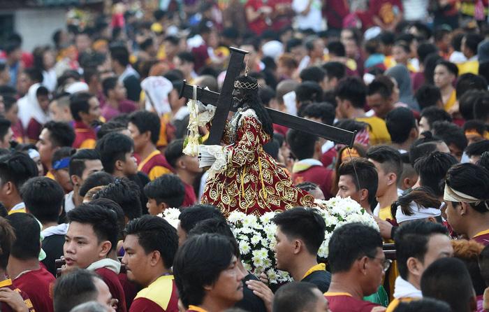 Chen lấn kinh hoàng tại lễ hội Black Nazarene ở Philippines - Ảnh 2.