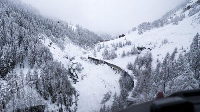 13.000 du khách mắc kẹt do bão tuyết trên dãy Alps - Ảnh 2.