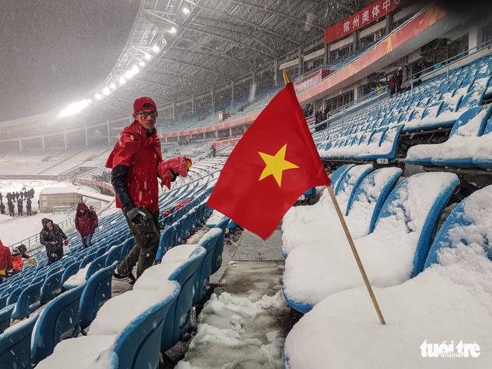 Cổ động viên Việt Nam nhặt rác giữa mưa tuyết sau trận chung kết - Ảnh 2.