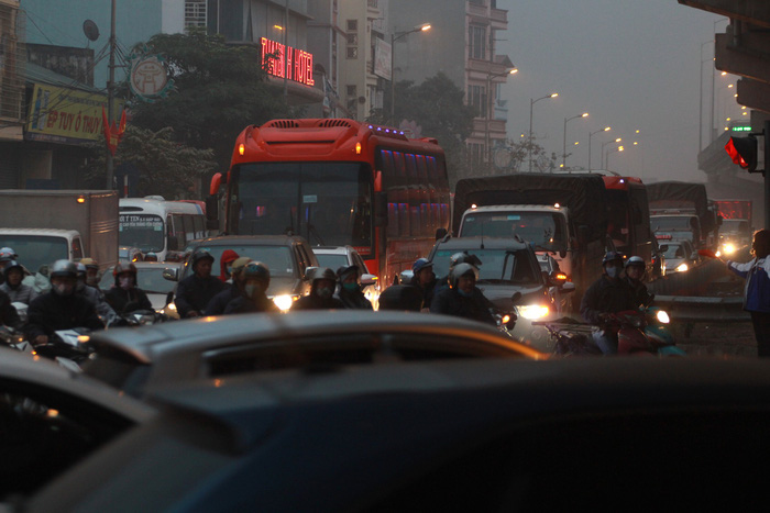 Nhích từng chút trong sương mù, gió lạnh rời Hà Nội về ăn tết - Ảnh 6.