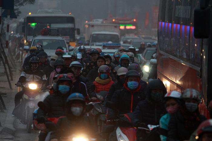 Nhích từng chút trong sương mù, gió lạnh rời Hà Nội về ăn tết - Ảnh 5.