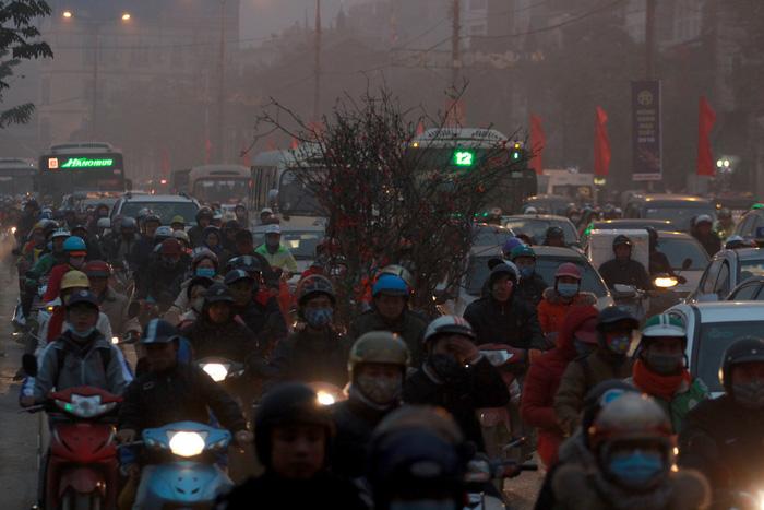 Nhích từng chút trong sương mù, gió lạnh rời Hà Nội về ăn tết - Ảnh 3.
