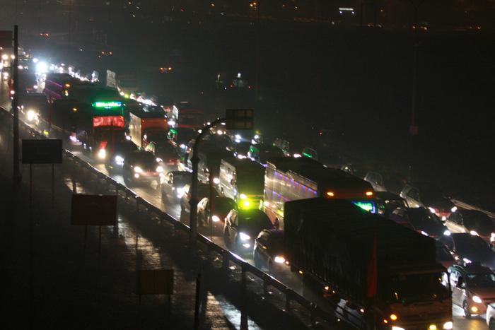 Nhích từng chút trong sương mù, gió lạnh rời Hà Nội về ăn tết - Ảnh 10.