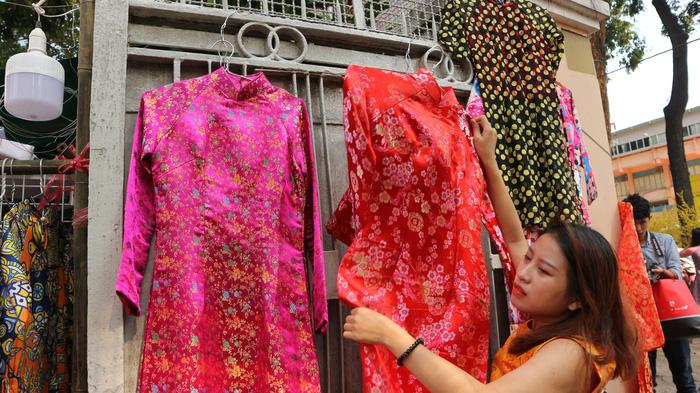 Bội thu dịch vụ cho thuê áo dài chụp Tết - Ảnh 2.