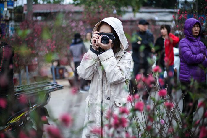 Dân Hà Nội đổ xô ra chợ hoa mua đào chơi Tết - Ảnh 10.
