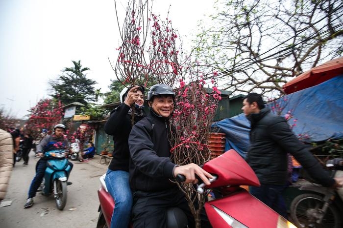 Dân Hà Nội đổ xô ra chợ hoa mua đào chơi Tết - Ảnh 6.