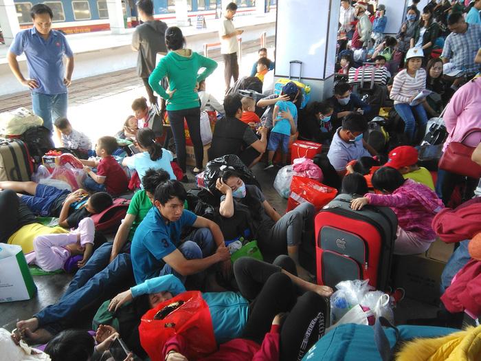 Tàu trễ nhiều giờ, hàng ngàn khách về quê đón Tết vạ vật ở ga Sài Gòn 1