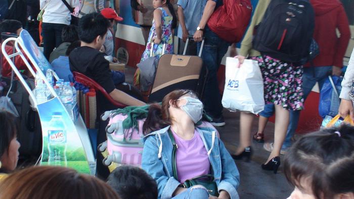 Tàu trễ nhiều giờ, hàng ngàn khách về quê đón Tết vạ vật ở ga Sài Gòn 2